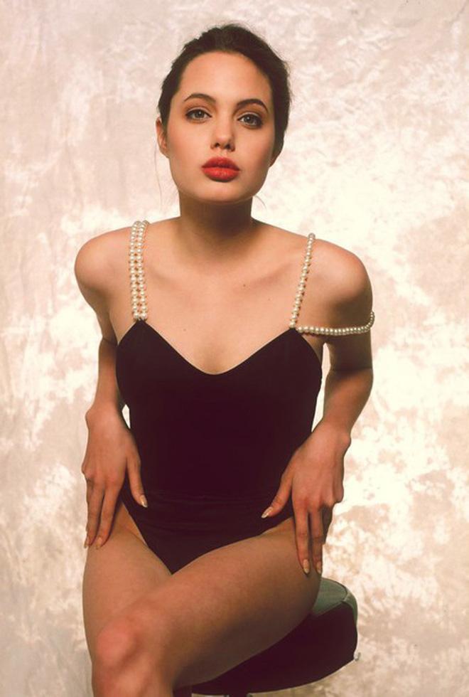 Nhan sắc thiếu nữ xinh đẹp của Angelina Jolie năm cô 16 tuổi khiến nhiều người không khỏi xuýt xoa