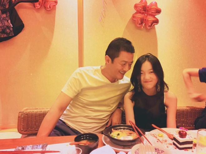 Ngược lại mỗi khi bên cạnh bố, Lý Yên đều rất vui vẻ
