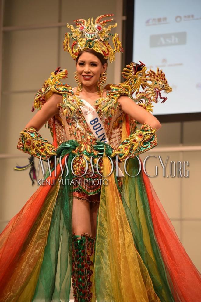 Hoa hậu Bolivia diện trang phục được thiết kế tinh xảo với đầy màu sắc. Phần nón, cầu vai và bao tay được lấy ý tưởng từ hình ảnh linh thú của quốc gia này chế tác thành.