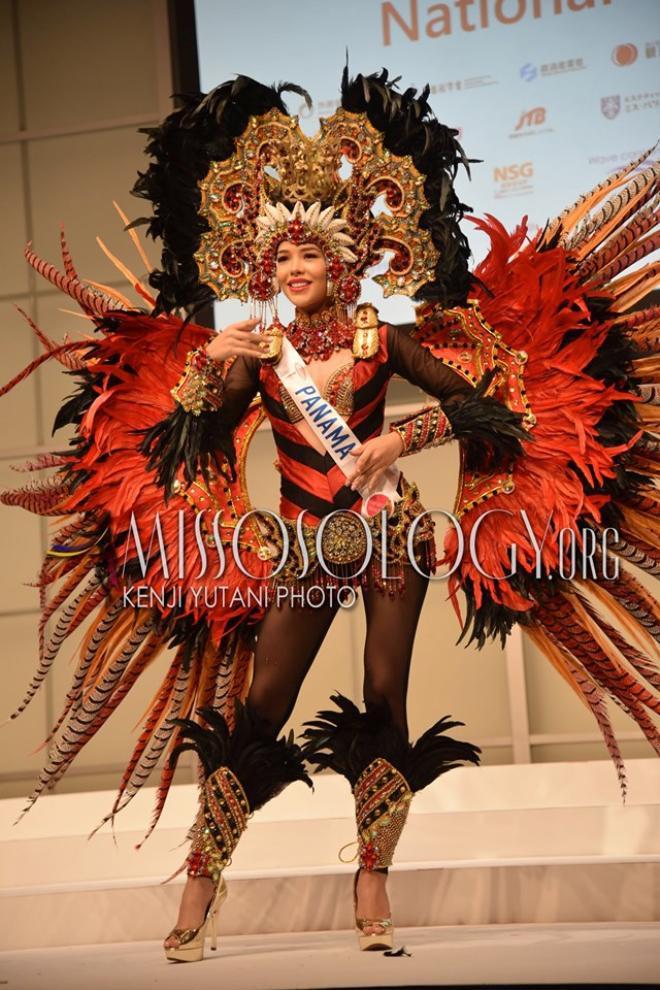 Banama nổi tiếng với vũ điệu hoang dã và những bộ cánh hoành tráng, đa sắc màu được làm nên từ lông của chim điểu khổng lồ. Chính vì vậy, đại diện quốc gia này đã lựa chọn trang phục dân tộc vô cùng phù hợp và làm toát lên được vẻ đẹp của đất nước mình.