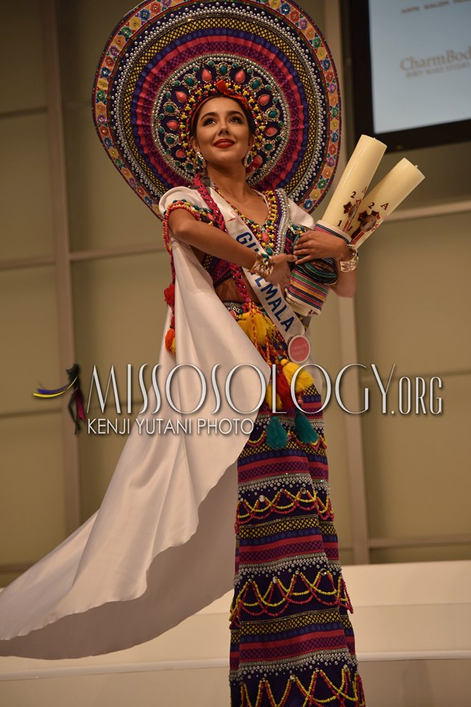 Đại diện Guatemala mang lên sân khấu bộ trang phục dân tộc sặc sỡ sắc màu mà những người phụ nữ của quốc gia mình thường diện trong những dịp tế thần linh quan trọng.