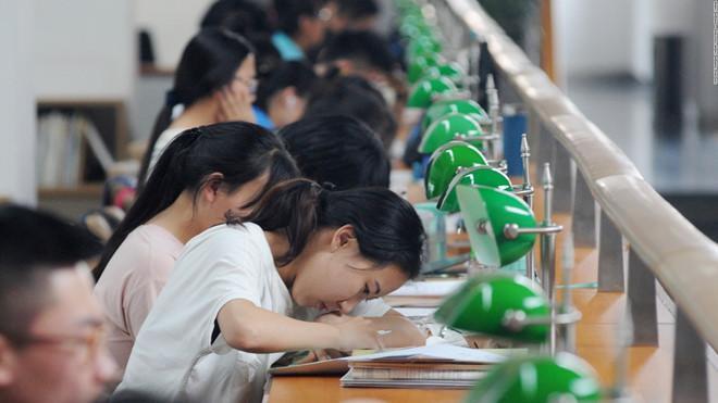Sau khi vượt qua gaokao căng thẳng, nhiều sinh viên xem giảng đường đại học là phần thưởng, kỳ nghỉ xả hơi. Ảnh: CNN.