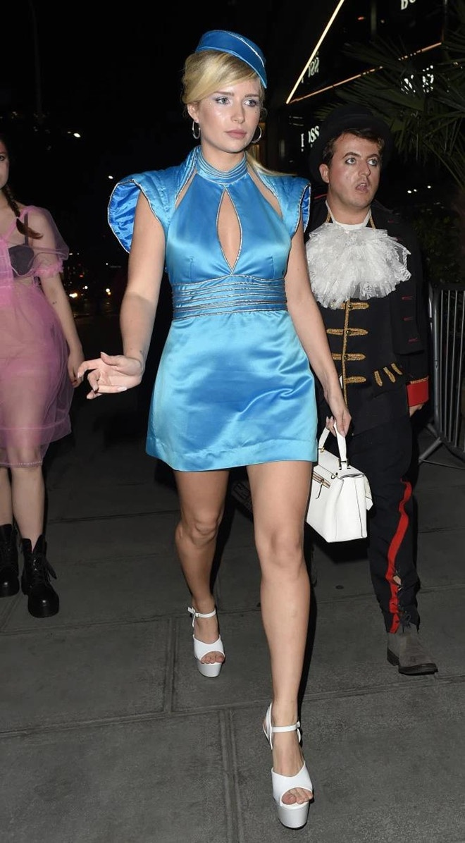 """Em gái cựu siêu mẫu Anh Kate Moss - Lottie Moss hóa trang thành nữ hoàng nhạc Pop Britney Spears trong bộ váy xanh biển cut - out khi hát trong MV ca khúc """"Toxic"""""""