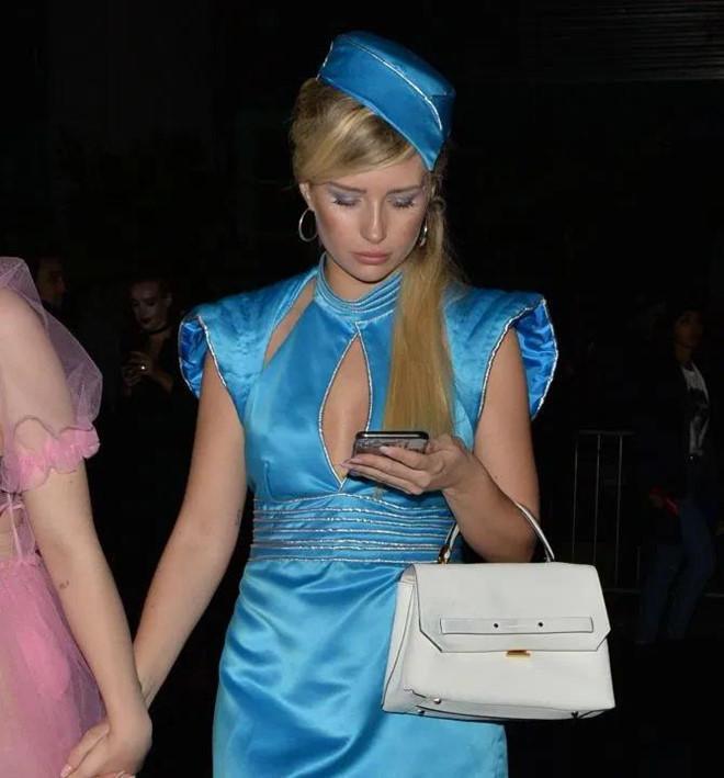 Người đẹp trong bộ đầm xanh xẻ ngực kết hợp mũ kiểu những cô nàng thủy thủ.