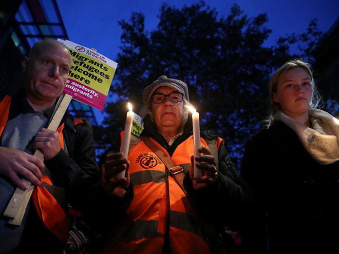 Người dân thắp nến cầu nguyện cho các nạn nhân trên đường phố Westminster ở Anh. (Ảnh: Reuters).
