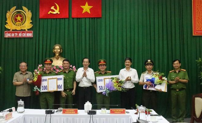 Phó chủ tịch UBND TP HCM Lê Thanh Liêm khen thưởng tập thể các đơn vị vì thành tích xuất sắc bắt giữ các nghi can gây án. Ảnh: báo Người Lao Động