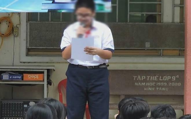 Em Q. đọc bản kiểm điểm trước toàn trường.Ảnh: Fanpage THCS Ngô Quyền.
