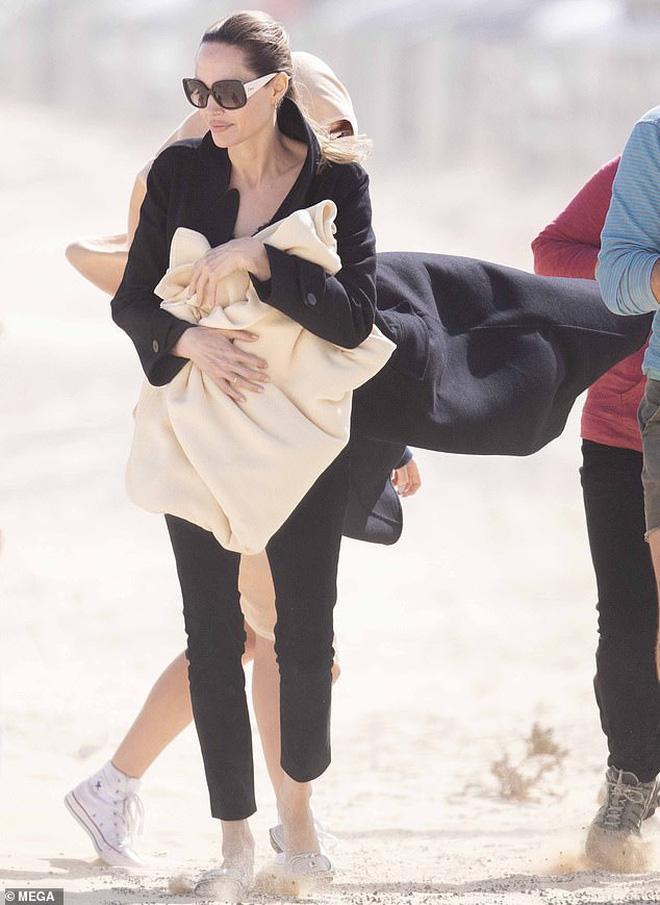 Ngoài ra Angelina Jolie còn lộ thân hình gầy gò khiến ai cũng lo lắng