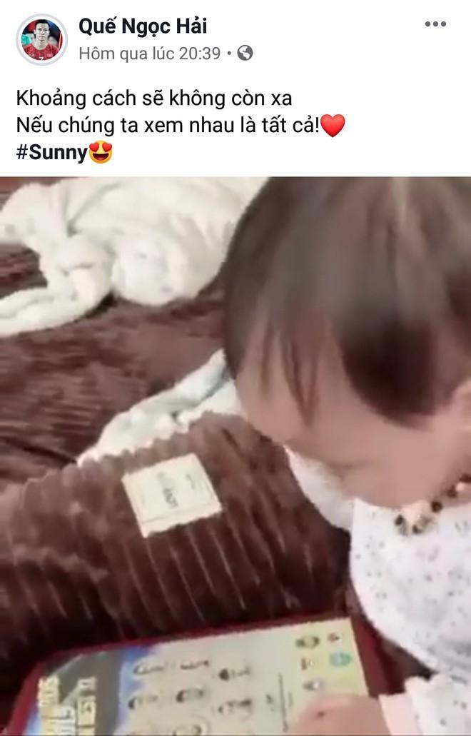 """Quế Ngọc Hải thì lại đăng tải hình ảnh về thiên thần nhỏ Sunny với lời nhắn """"Khoảng cách sẽ không còn xa, nếu chúng ta xem nhau là tất cả"""".Có thể thấy cô con gái nhỏ chính là động lực để Quế Ngọc Hải nỗ lực hết mình trong trận đấu quan trọng này."""
