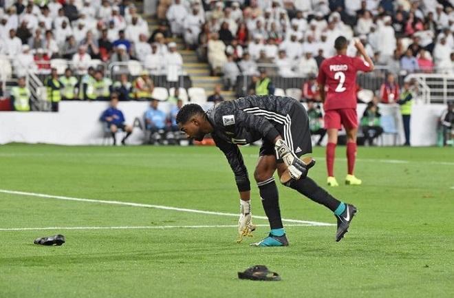 Các cổ động viên của đội nhà UAE từng ném xuống sân đấu cả dây chuyền vàng khi UAE để thua Qatar.