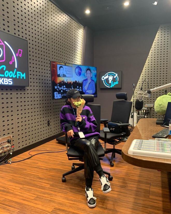 Eunji (Apink) đã tậu một đôi Nike và mang đến phòng thu âm
