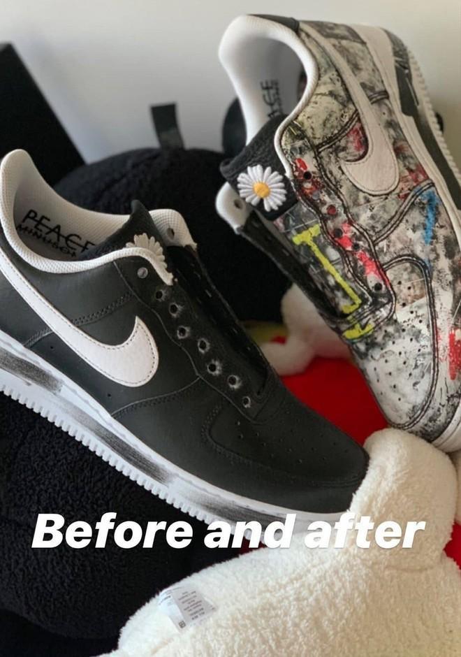 Thậm chí, điều đặc biệt của đôi giày này là phía sau lớp da màu đen của đôi giày còn có một bức tranh đầy màu sắc được giấu. Theo đó, mỗi đôi giày sẽ theo cách sử dụng khác nhau của từng người, lớp da sẽ bong ra theo cách khác nhau.