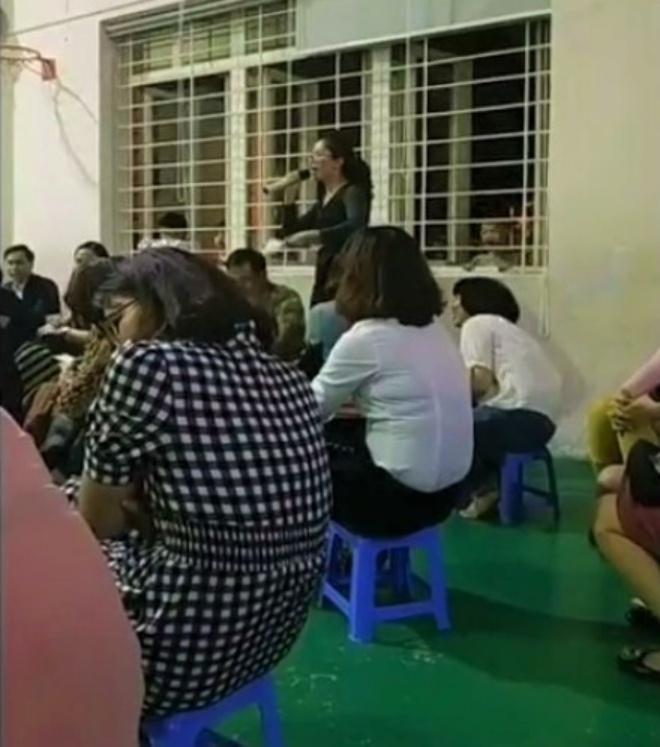 Phụ huynh và cũng là một giáo viên gây bức xúc với phát biểu kỳ thị cha mẹ đơn thân và gia đình nghèo tại buổi họp phụ huynh trường. Ảnh cắt từ clip.