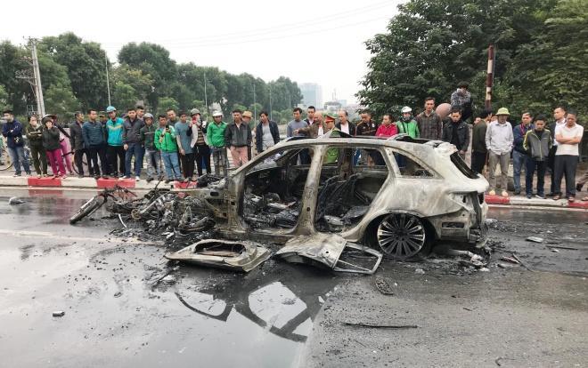 Chiếc xe Mercedes GLC 250 cùng hàng loạt phương tiện bị cháy rụi sau tai va chạm.