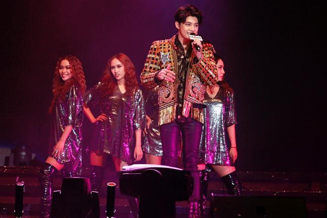 Tạp chí Hồng Kông rầm rộ đưa tin nam ca sĩ đến đây biểu diễn.