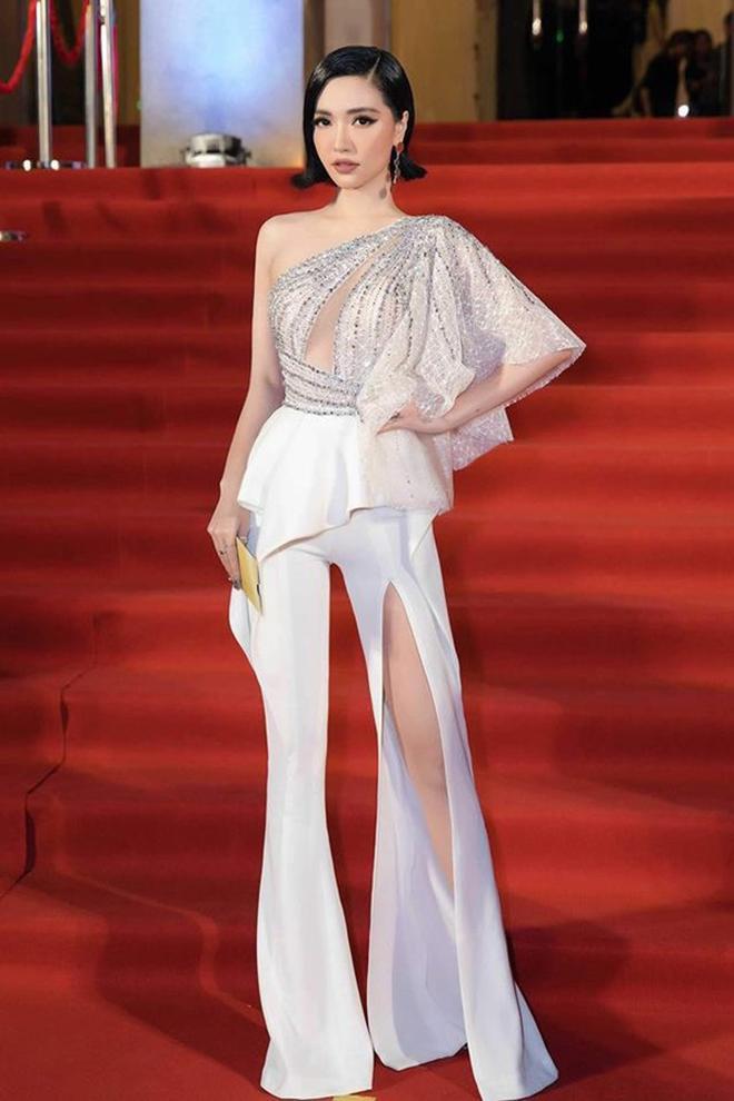 Bích Phương cũng nhận được vô số lời khen với mẫu jumpsuit xẻ ống sành điệu