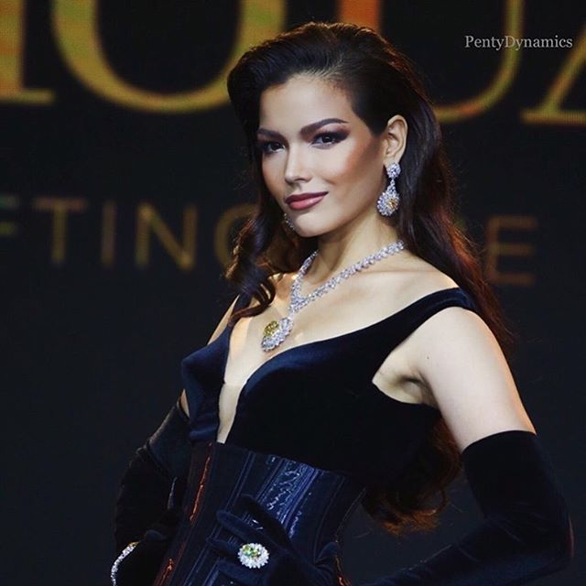 Fahsai trong buổi họp báo và trình diễn thời trang cho nhà tài trợ vương miện của Miss Universe 2019.
