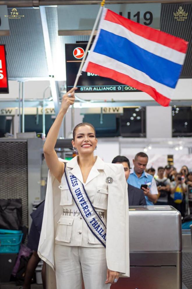 Đại diện Thái Lan đã có mặt tái Atlanta vào ngày 24/11,sớm hơn thời gian bắt đầu và tất cả các thí sinh còn lại tận 4 ngày nhưng đến ngày 29/11cô nàng mới xuất hiện. Trong khi các thí sinh đều đổ xô nhận sash vào ngày 28/11.