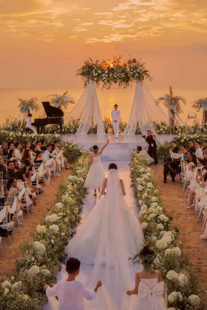 Khung cảnh lễ cưới ngoài trời dưới ánh hoàng hôn đẹp tuyệt được khắc ghi lại trong MV.