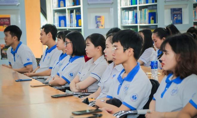 Sinh viên ĐH Công nghiệp Thực phẩm TP.HCM trong trang phục chung của trường. Ảnh: HUFI.