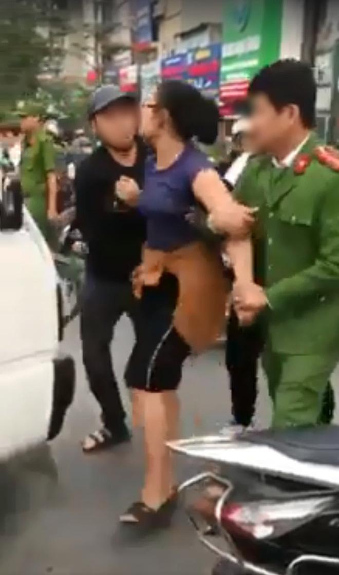 Người phụ nữ sau đó bị áp giải về trụ sở công an. Ảnh cắt từ clip