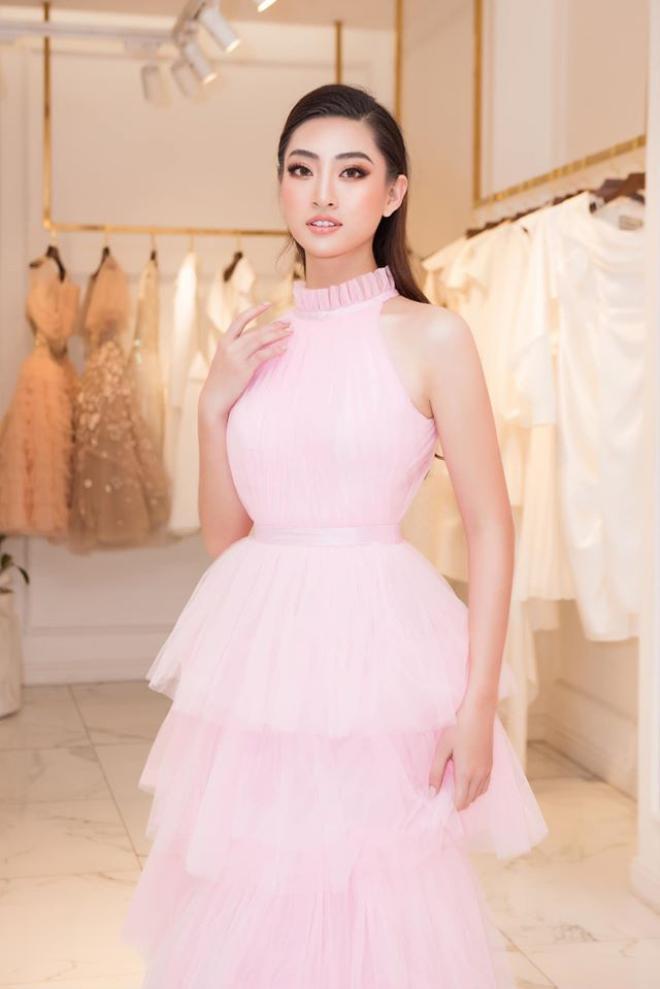 Thùy Linh sử dụng chiến thuật váy áo thông minh khi liên tục lựa chọn các tone màu xanh, trắng, hồng là những màu sắc phong thủy tại Miss World.