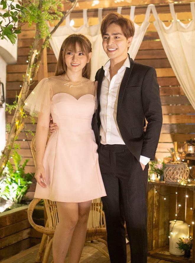 Váy nhã nhặn cùng vest – bộ đôi luôn phù hợp khi đứng cạnh nhau trong bất kể mọi trường hợp.