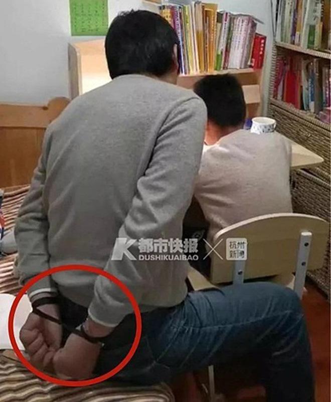 Trói tay để kiềm chế cảm xúc của bản thân là cách làm của một ông bố người Trung Quốc khi dạy con