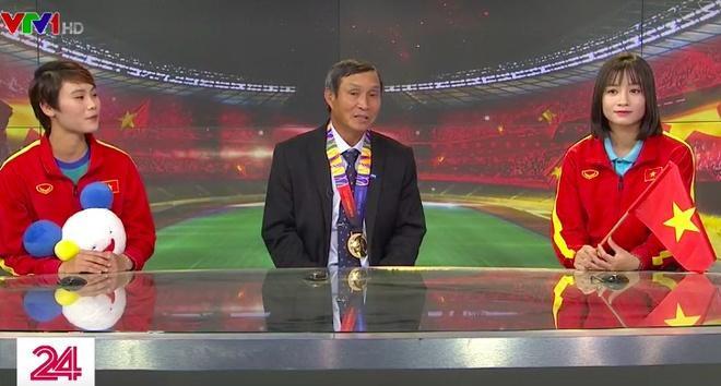 Hoàng Thị Loan cùngHLV Mai Đức Chung, cầu thủ Phạm Hải Yến có những chia sẻ trên sóng truyền hình VTV.