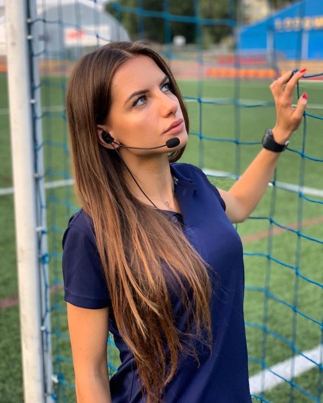 Tháng 7 vừa qua, Bojar tốt nghiệp Đại học Krakow chuyên ngành Luật. Cô gái 22 tuổi không ngại thừa nhận vẻ ngoài xinh đẹp là lợi thế khi làm trọng tài bóng đá.