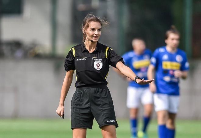 Karolina Bojar (22 tuổi) được coi là một trong những trọng tài bóng đá nổi tiếng tại Ba Lan. Ngoài trình độ chuyên môn được công nhận, Bojar gây ấn tượng bởi vẻ ngoài xinh đẹp cùng thân hình quyến rũ.