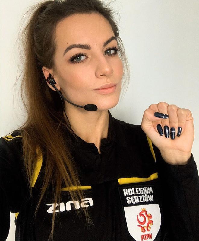 Bắt đầu ra sân trong vai trò một trọng tài năm 17 tuổi, Karolina Bojar nhanh chóng gây chú ý trong giới hâm mộ bóng đá. Những khoảnh khắc trên sân của 9X được nhiều diễn đàn chia sẻ và dành lời khen ngợi.