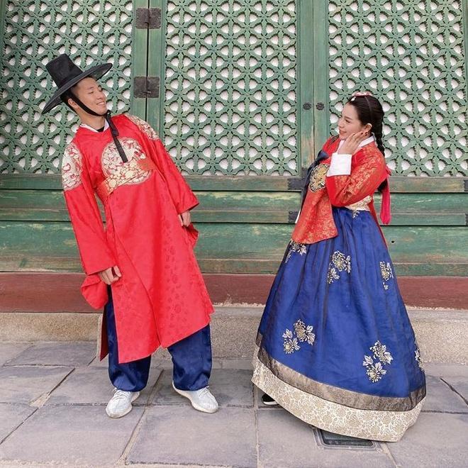 Vợ chồng trung vệ Bùi Tiến Dũng tình tứ tại Hàn Quốc