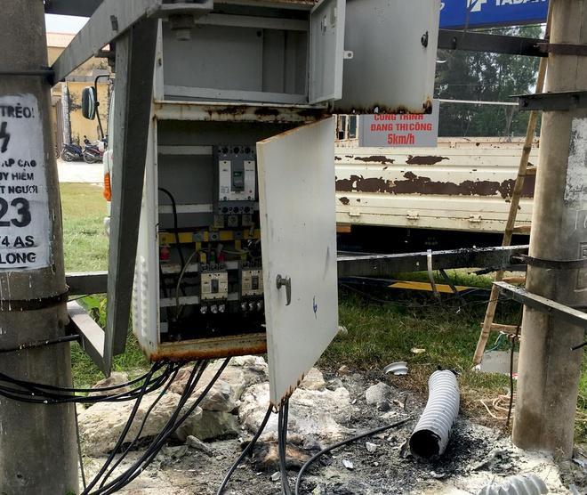 Nghĩa chất củi ngay phía dưới trạm biến áp rồi châm lửa đốt. Ảnh: Zing.vn