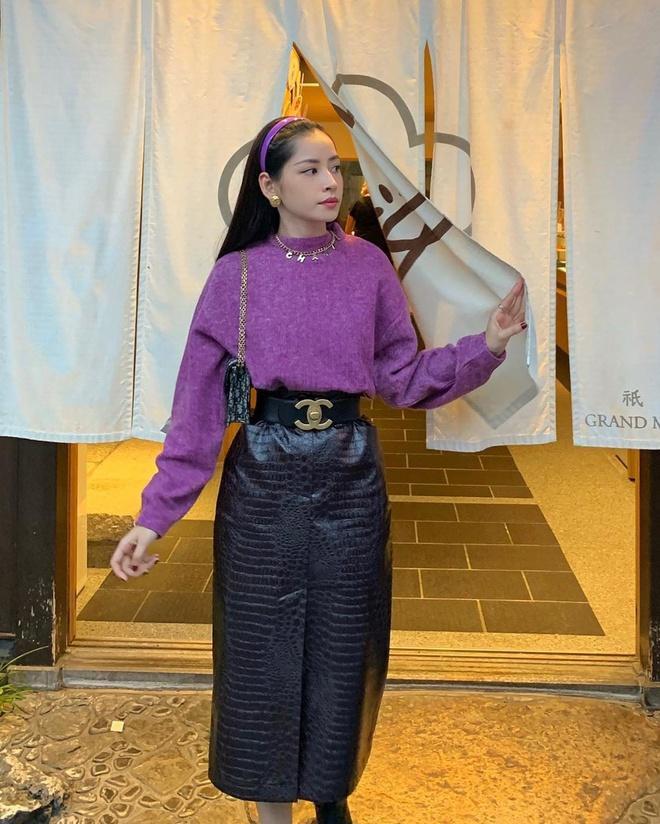 Chi Pu trong set đồ tím mix cùng đồ đen đem đến sự quyến rũ rất khác biệt trong streetstyle hàng ngày của cô nàng