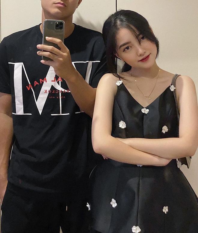 Bạn gái Hà Đức Chinh gây ấn tượng với gương mặt ưa nhìn, đôi mắt to tròn, mũi cao, da trắng. Trên Instagram, Hà Trang cũng thu hút người xem với nhiều hình ảnh khoe body bốc lửa.Hiện tại, nàng hot girl có gần 60 000 lượt follower trên mạng xã hội