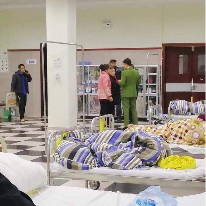 Lực lượng chức năng làm việc với người nhà nạn nhân.