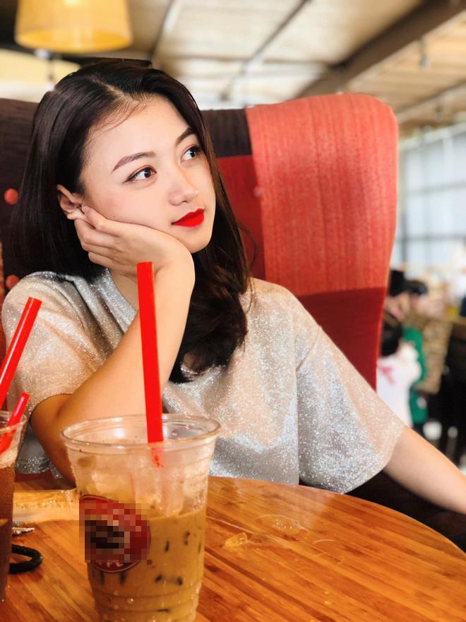 Bạn thân người yêu tin đồn Quang Hải chiếm spotlight mạng xã hội khi đến cổ vũ đội tuyển Việt Nam ảnh 9