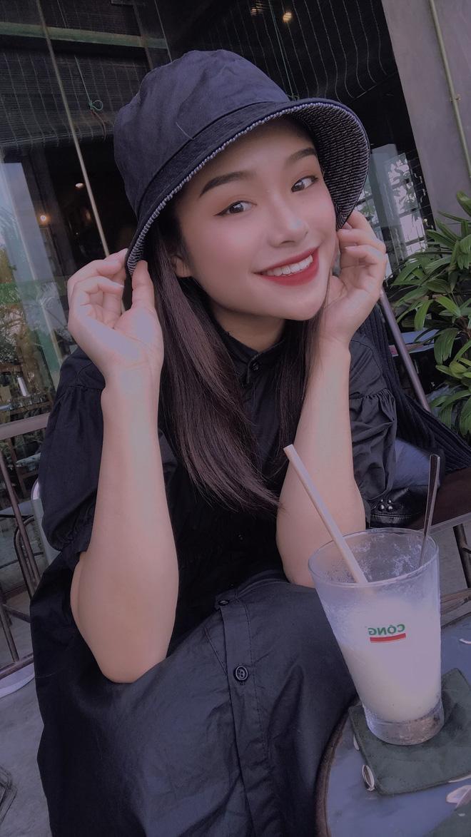 Bạn thân người yêu tin đồn Quang Hải chiếm spotlight mạng xã hội khi đến cổ vũ đội tuyển Việt Nam ảnh 7