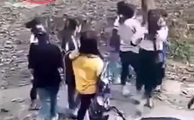 Hai nhóm nữ sinh đánh nhau gây xôn xao trên mạng. (Ảnh cắt từ clip).