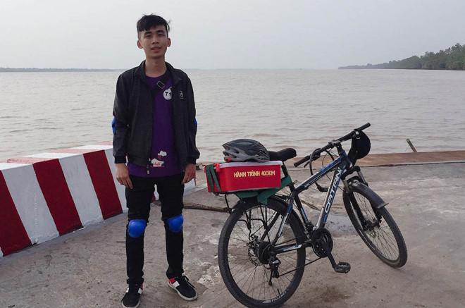 Trần Thanh Di trên đường đạp xe về quê ăn tết. Ảnh: T.D