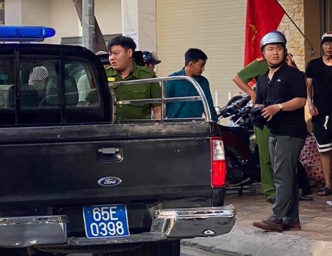 Cảnh sát bắt giữ 2 nghi phạm gây án. Ảnh Zing