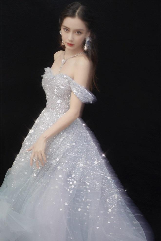 Angelababy vốn vô cùng thích hợp với các kiểu váy công chúa thế này nên cứ mỗi lần mà cô mặc là phải nói đẹp ngất ngây