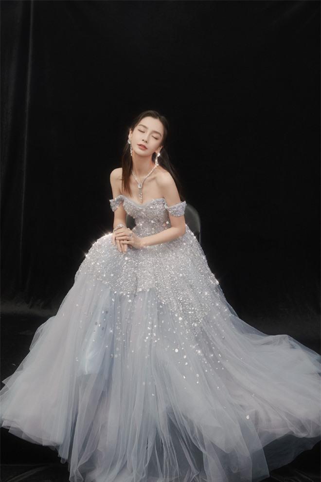 Tạo hình số 2 , vợ Huỳnh Hiểu Minh hóa thành nàng công chúa tuyết với dáng váy đính đá lấp lánh