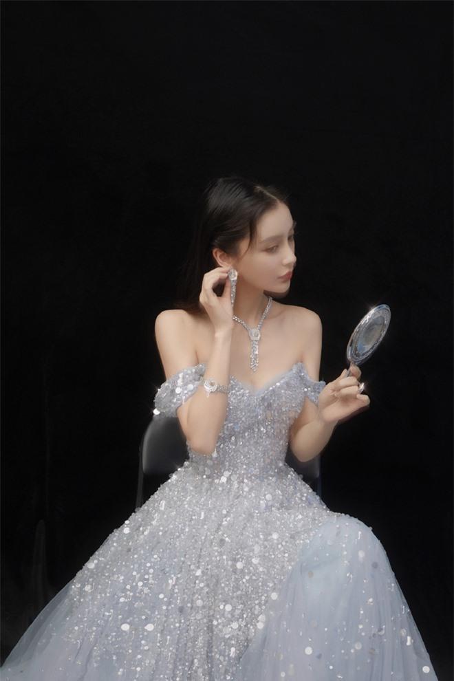 """Nguyên set váy từ bông tai kim cương, dây chuyền đều """"matching' với cả tổng thể lấp la lấp lánh"""