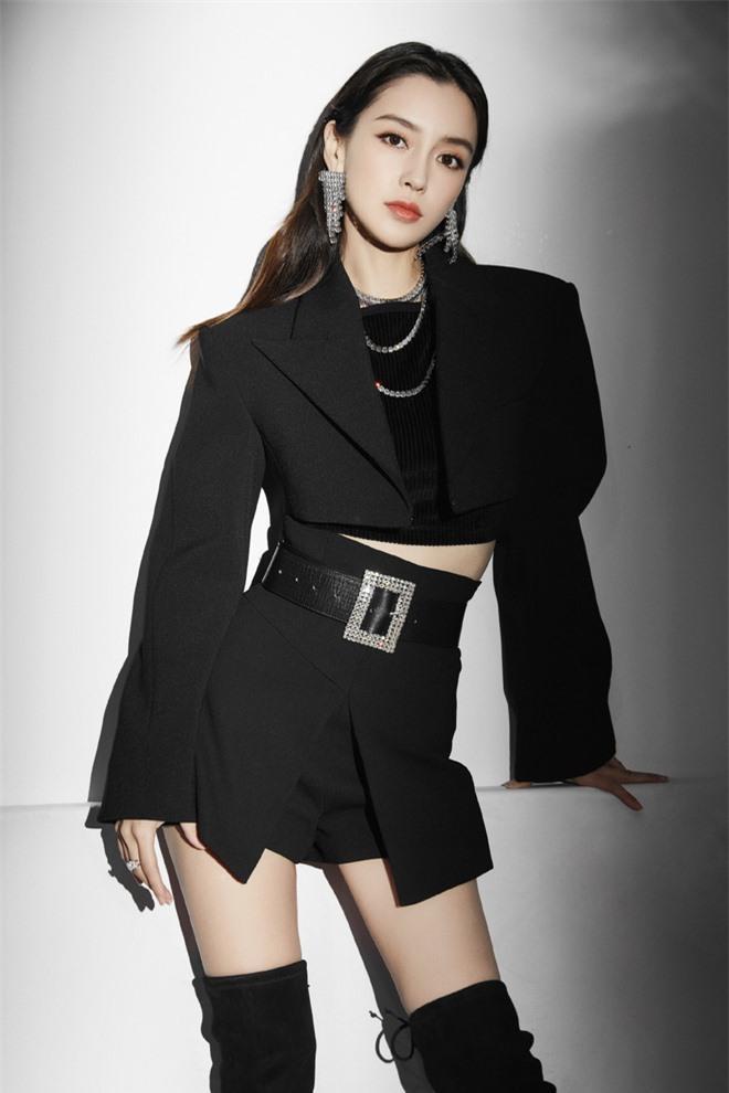 Mỹ nhân sinh năm 1989 chọn áo vest croptop mix cùng chân váy đen, thắt belt cùng phụ kiện bông tai to lấp lánh
