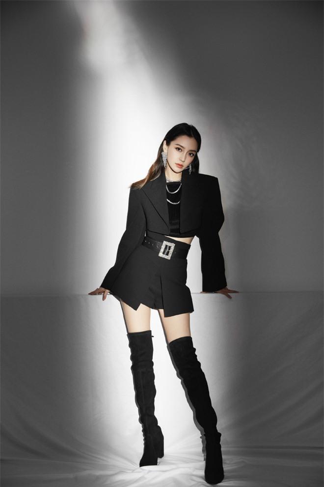 Angelababy với set đồ đen ngầu lòi, cá tính khoe vóc dáng nuột nà
