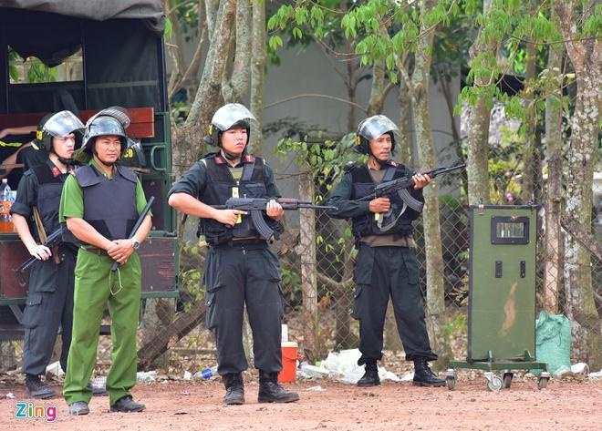 Hàng trăm cảnh sát vẫn đang tuần tra, siết chặt vòng vây. Ảnh: Zing.vn