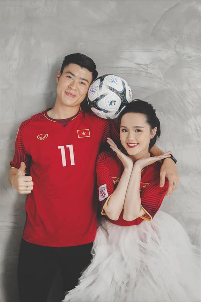 Duy Mạnh  Quỳnh Anh tung ảnh cưới nhắng nhít với áo cầu thủ ảnh 2