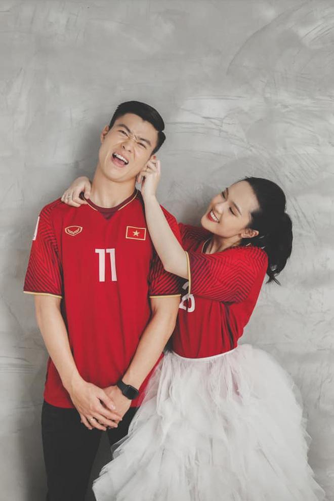 Duy Mạnh  Quỳnh Anh tung ảnh cưới nhắng nhít với áo cầu thủ ảnh 3